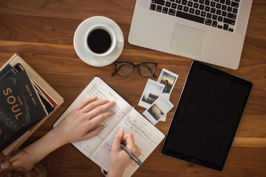 moça fazendo anotações para ter mais ideias para seus projetos de copywriting