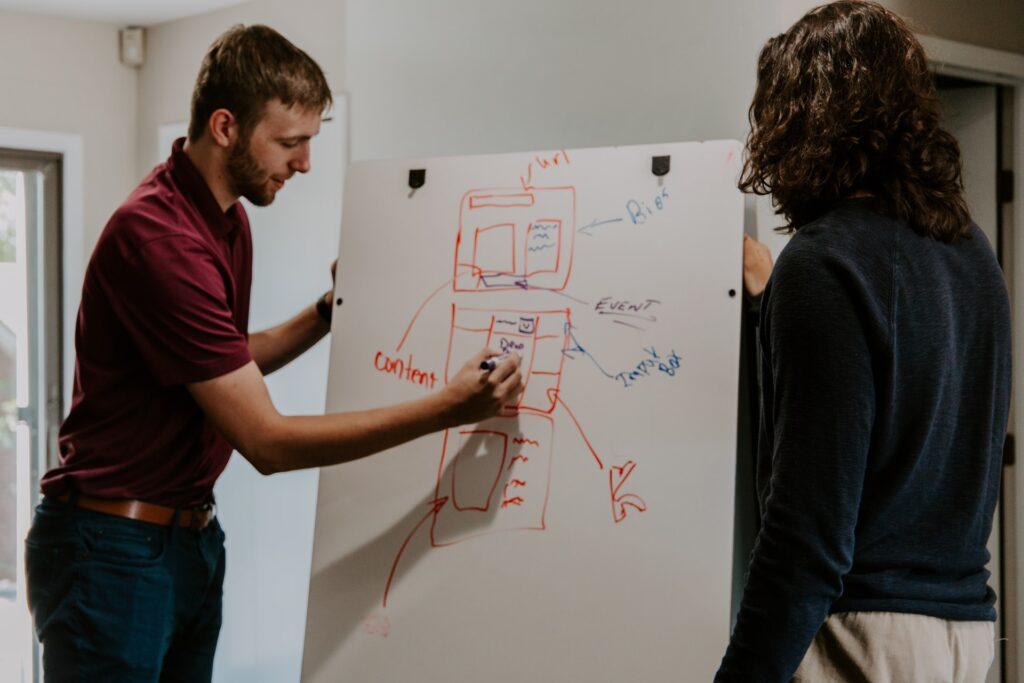 dois funcionários discutindo sobre um projeto de marketing de conteúdo