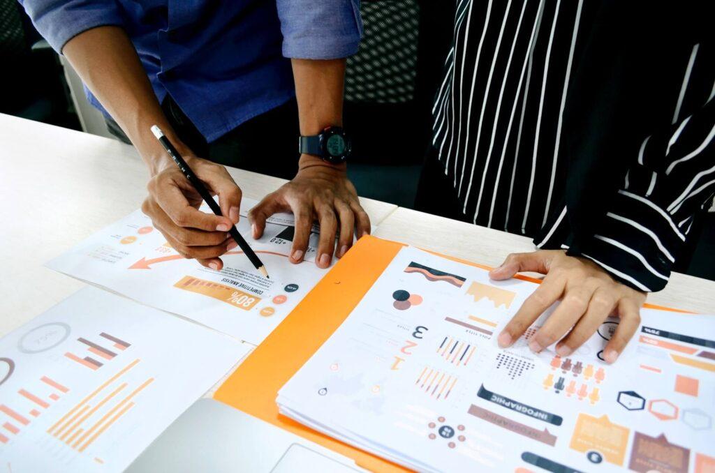 Dois profissionais discutem caminhos para superar a concorrência-de uma loja virtual rival do cliente