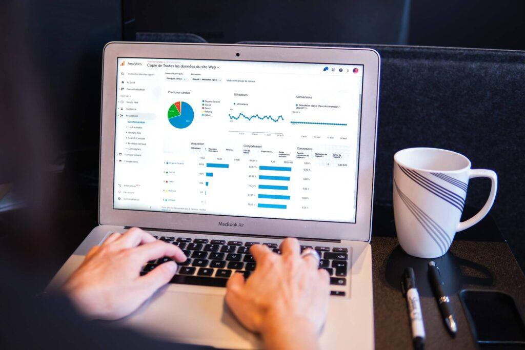 profissional checando as métricas da sua loja virtual no google analytics